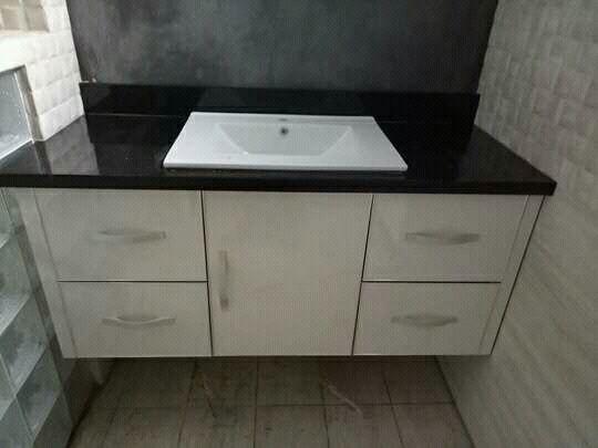 dapur modern dengan meja marmer granit