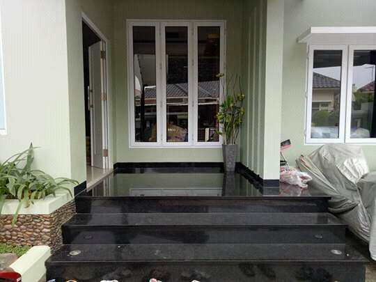 Lantai rumah berbahan granit Black Gold